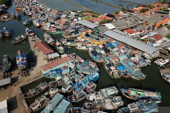 Nelayan libur lebaran, pelabuhan penuh perahu tertambat
