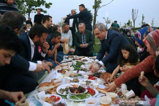 Presiden Turki Tayyip Erdogan buka puasa bersama warga