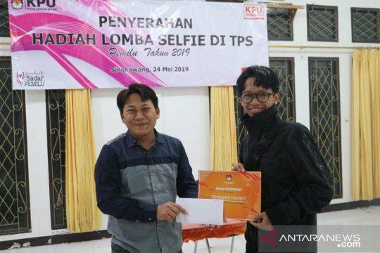 KPU Singkawang serahkan hadiah kepada pemenang lomba swafoto