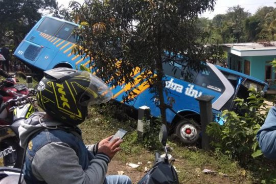 Dua bus bertabrakan di jalur mudik lintas Kabupaten Garut