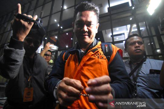 Tiga orang tersangka kasus keimigrasian akhirnya pakai rompi oranye KPK