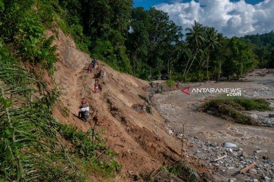 Jalan poros Palu-Kulawi dipindahkan jauh dari Sungai