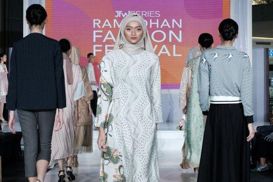Anne Avantie Perkenalkan Busana Batik Di Aeon Bsd Antara News Bali