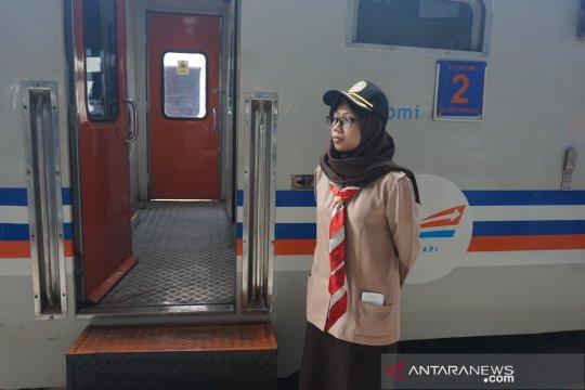 Anggota Pramuka layani pemudik di Stasiun Pasar Senen
