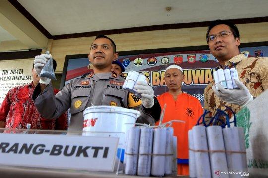 Polisi Blitar tahan pemilik bahan petasan