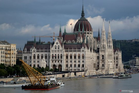 Mesin derek dipasang untuk angkat bangkai kapal di Sungai Danube