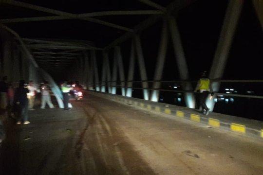 Rangka atas Jembatan Kapuas II lepas terkena muatan tronton