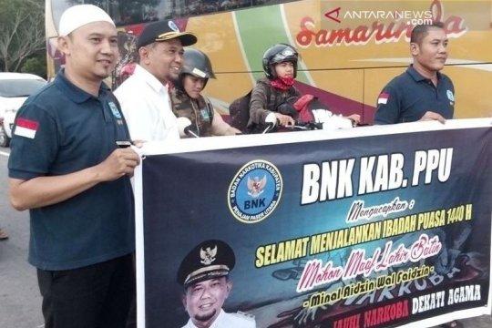 Wabup Penajam bagikan takjil dari BNK kepada pengguna jalan