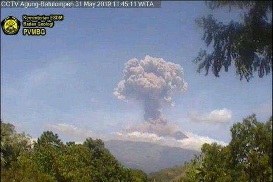 Gunung Agung erupsi dengan kolom abu dua kilometer