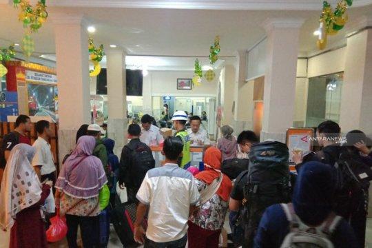 PT KAI Tanjungkarang bagikan makan sahur dan berbuka bagi penumpang