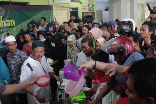 Berburu bubur samin sajian buka puasa gratis selama Ramadhan