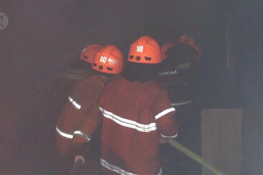 Dua belas jam berjibaku, Damkar kesulitan padamkan kebakaran di Pasar Kosambi