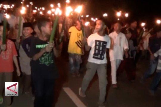 Ribuan warga meriahkan pawai obor di Kolaka