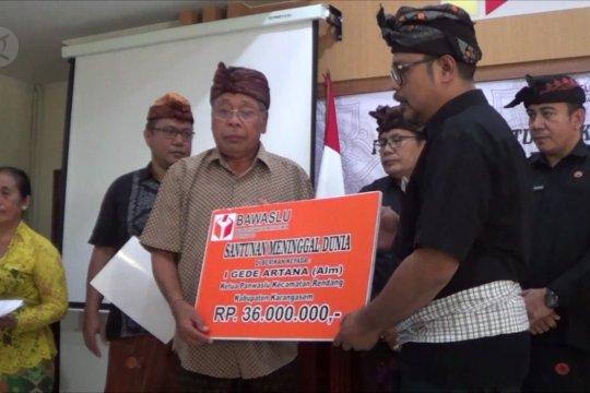 Keluarga  petugas pemilu dapat santunan dari Bawaslu Bali