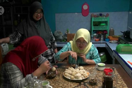 Bawang putih dan cabai mahal, omzet pempek menurun