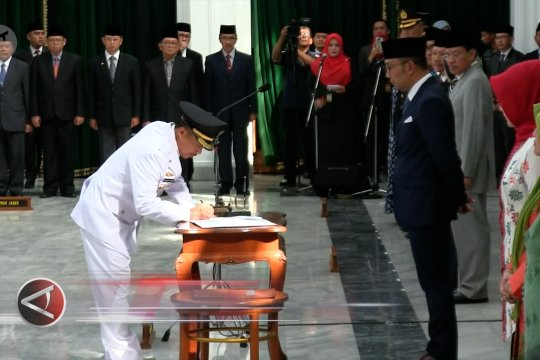 Gubernur lantik Bupati dan Wakil Bupati Cirebon