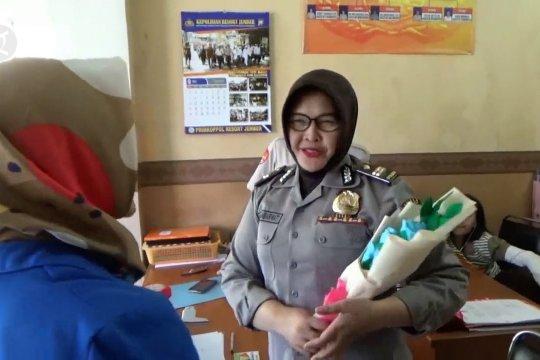 Dy_Tanda cinta dari mahasiswa untuk polisi