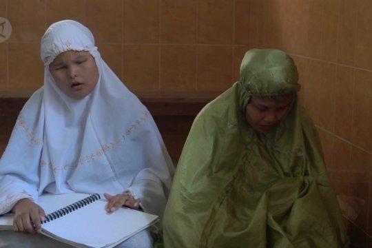 Andalkan kepekaan ujung jemari membaca Al Quran braille