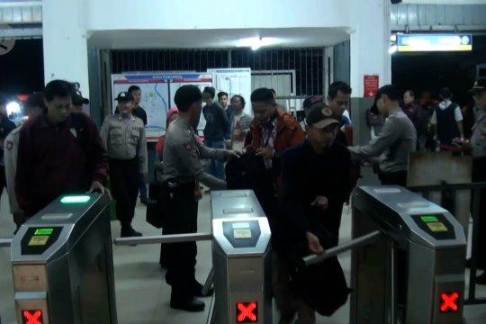 Aparat keamanan berjaga di stasiun Rangkasbitung