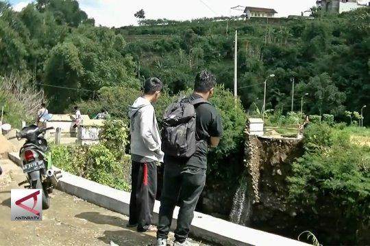 Jembatan terseret banjir, tiga desa terisolir