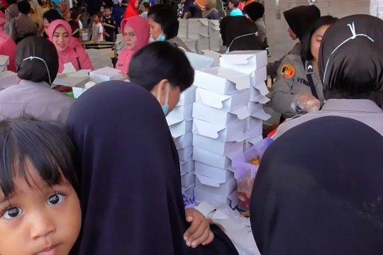 Ribuan paket berbuka puasa diserbu warga Tanjung Uma