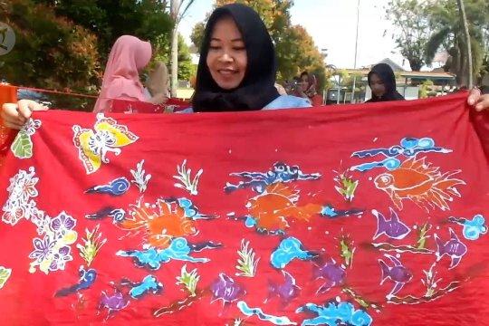 Mendampingi istri nelayan mencipta batik Puger