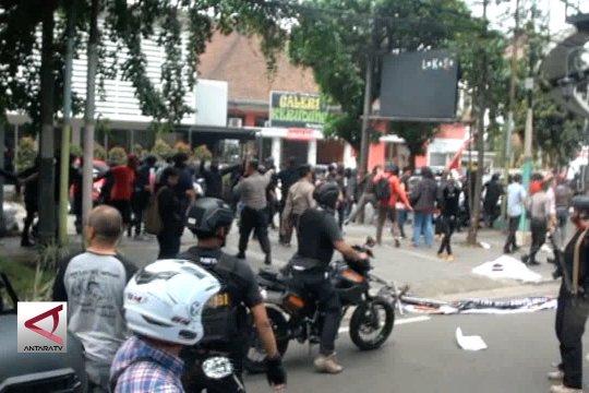 Polisi bubarkan paksa aksi kelompok massa di Bandung