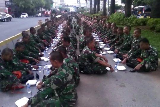 Ketika personel TNI bukber di Jalan Thamrin