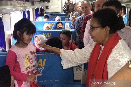 Menteri Yohana sapa pemudik perempuan dan anak di Stasiun Pasar Senen