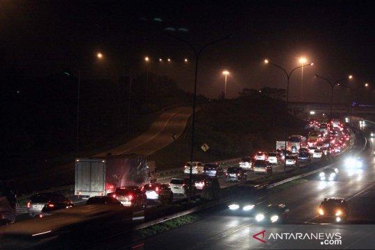 Arus lalu lintas jalan tol Jakarta-Cikampek tersendat jelang rest area