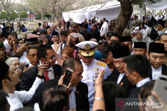 Warga berebut salaman dengan SBY usai pemakaman Ibu Ani