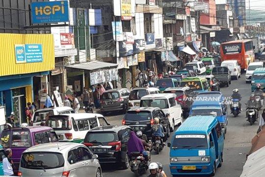 Kepadatan lalu lintas mudik Sukabumi di pusat perbelanjaan