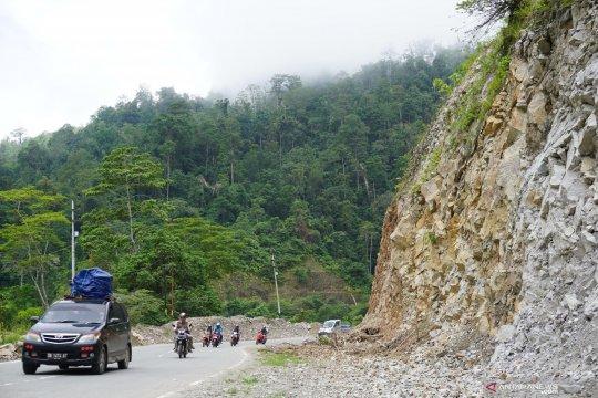 """Longsor, jalur Trans Sulawesi  """"Kebun Kopi"""" putus"""