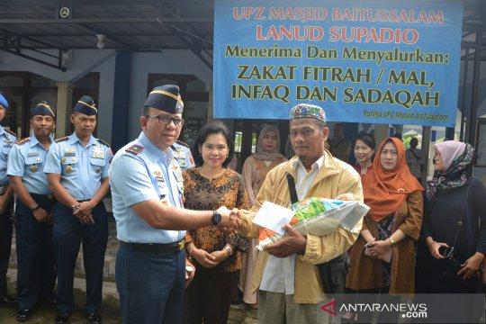 Prajurit dan masyarakat sholat Ied di apron Lanud Supadio