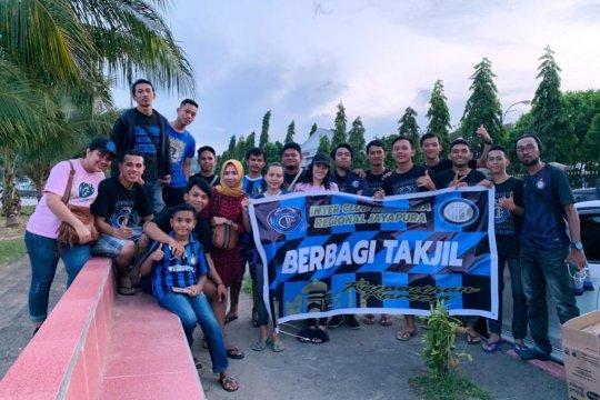 Inter Club Indonesia Jayapura berbagi takjil dengan warga