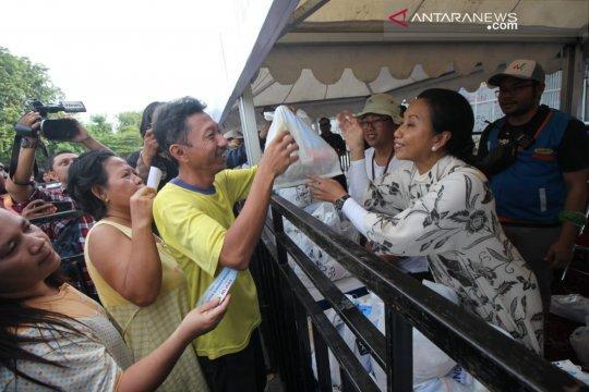 Menteri BUMN bagikan paket sembako murah di Surabaya