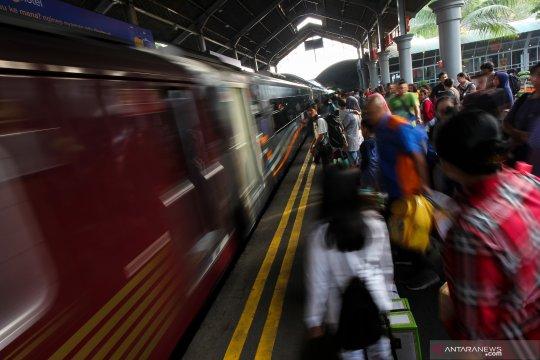 Sedikitnya 34.630 orang naik dari stasiun Daop Surabaya
