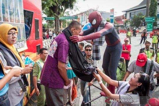 Kagama Solo aksi sosial bagikan sarung Lebaran