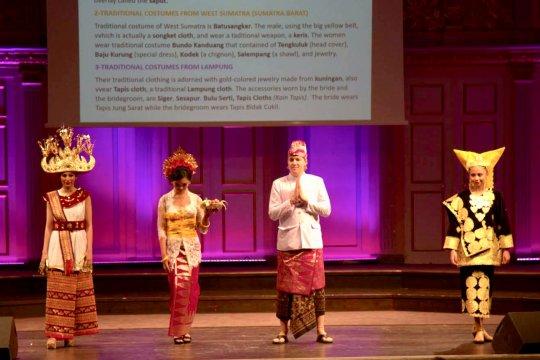 Pesona Busana Tradisional Indonesia pikat Diplomat di Swedia