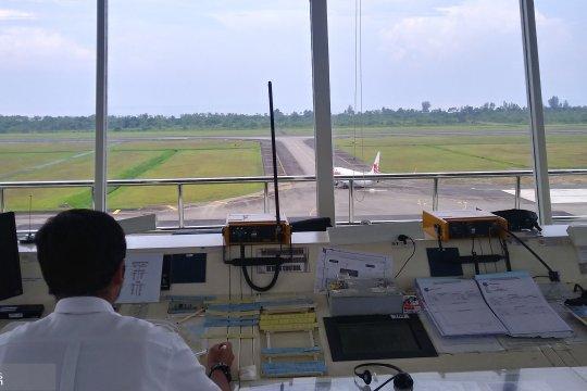 Kesibukan pemandu pesawat di Bandara Minangkabau jelang Lebaran