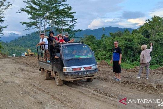 Jalan nasional Luwuk-Baturube putus total akibat longsor