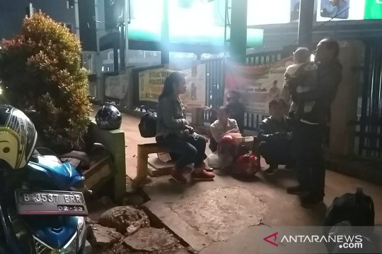 H-1 pemudik bermotor masih terlihat melintas di Bekasi