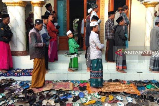 Umat muslim di Pesantren Mahfilud Dluror Jember berlebaran hari ini