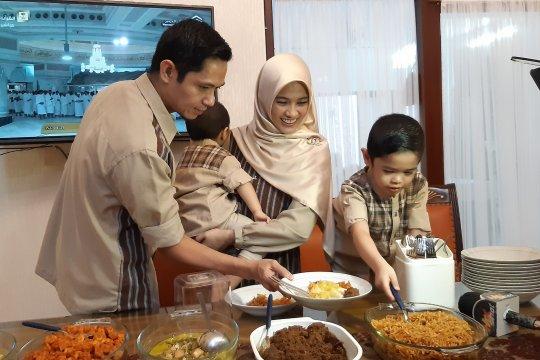 Opor ayam, sentuhan Jawa di meja makan Dude Harlino