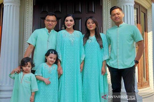 Anang pilih warna hijau seragam Lebaran keluarga