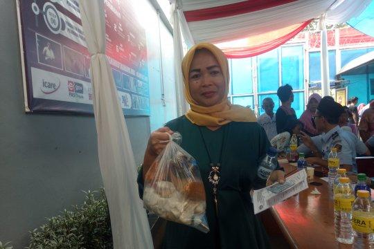 Sukacita pengunjung jenguk keluarga di Lapas Narkotika Cipinang