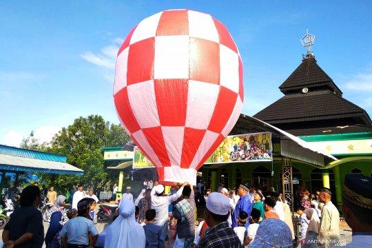 Umat Islam Biak lepas balon udara tradisi semarakkan Idul Fitri