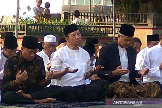 Ganjar beserta keluarga salat Idul Fitri di Alun-Alun Purwokerto