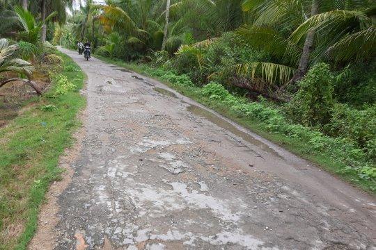 Kondisi jalan masuk kawasan wisata Batu Limau di Karimun rusak parah