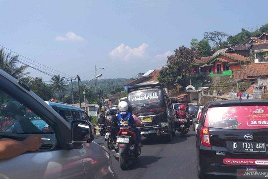 Lalu lintas arah Cileunyi menuju Nagreg Bandung macet